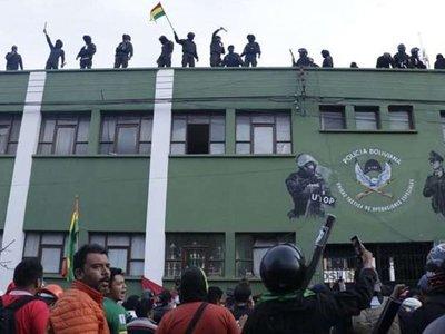 Varias unidades de la  Policía se amotinan contra Evo  en Bolivia