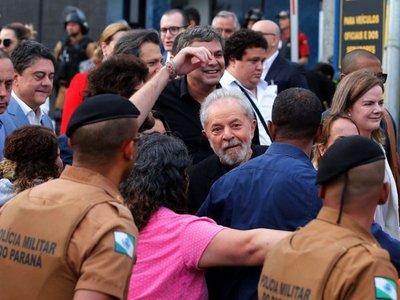 Lula dejó la cárcel ovacionado por  partidarios tras fallo del Supremo