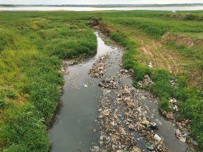 """Invitan a limpiar la bahía y probarán colocar """"trampas para basura"""""""