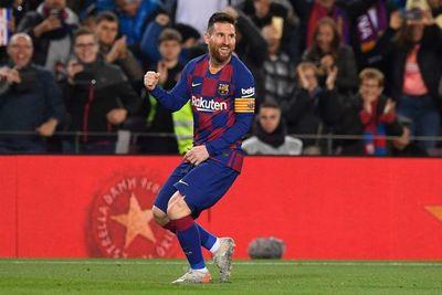 Messi decide con un triplete a balón parado