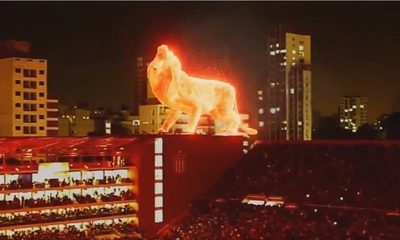 Un león de fuego paseó por el estadio de Estudiantes de La Plata
