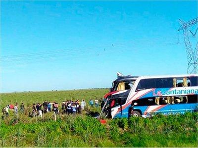 Aumentan a cuatro los fallecidos en accidente de ómnibus paraguayo