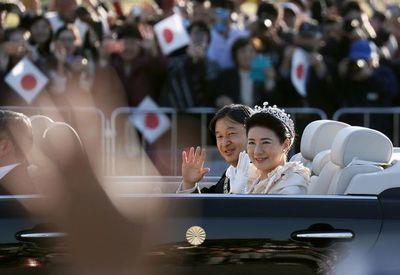 Decenas de miles de japoneses aclaman a su nuevo emperador