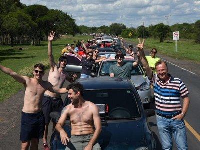 Kilómetros de fila en Falcón por retorno de hinchas de Colón