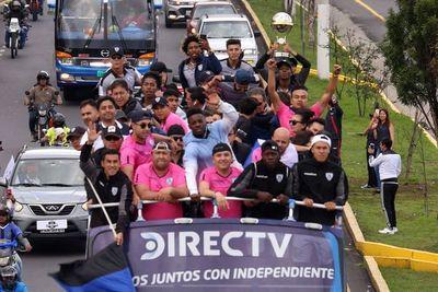 El campeón recorre Quito con la copa