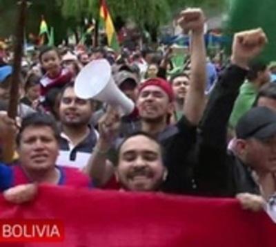 Festejan la renuncia de Morales