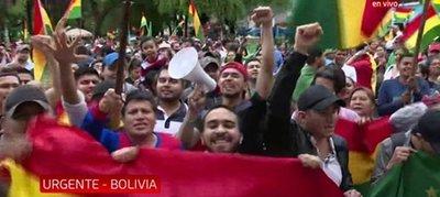 Festejan renuncia de Evo con sirenas y gente en la calle