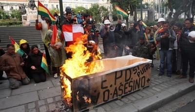 Incendios, saqueos y ataques a viviendas se extienden por ciudades de Bolivia