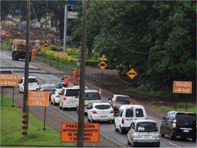 CDE: Congestión vehicular marca el    primer día    de  desvío  por megaobra