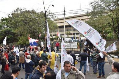 Funcionarios de ANDE anuncian huelga