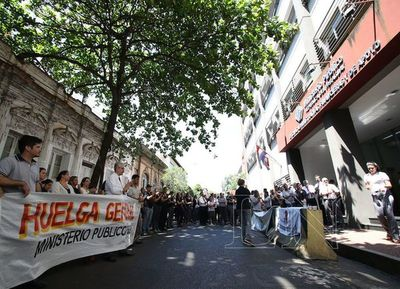 Funcionarios de la Fiscalía iniciaron huelga de un mes