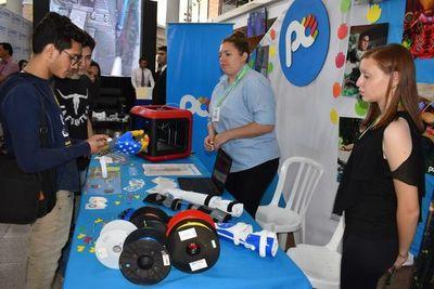 Estudiantes presentan sus trabajos tecnológicos durante la Expo Innovación
