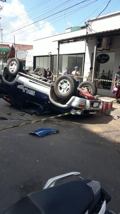 Camioneta vuelca tras ser chocada por bus en San Lorenzo