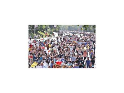 Oposición rechaza nueva Constitución que propone Piñera