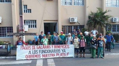 Funcionarios de municipalidad de Lambaré reinician manifestación en reclamo de salarios