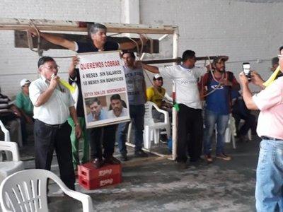 Funcionarios de Municipalidad de Lambaré reclaman pago de salarios