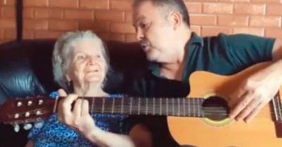 Con música ayuda a su  mamá con Alzhéimer