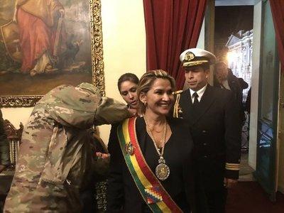 Presidenta de dudosa legitimidad buscará pacificar a los bolivianos