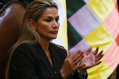 """Presidenta interina nombra nueva cúpula militar y niega """"golpe"""" en Bolivia"""