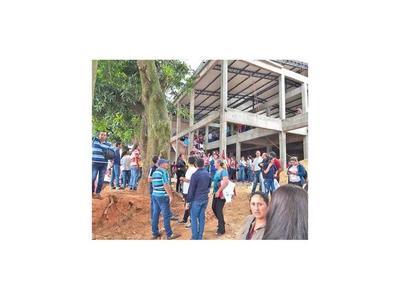 Caazapeños toman el predio de IPS en construcción