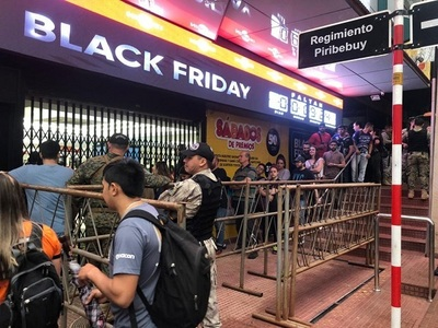 Comercios se llenan de compradores por el Black Friday en el este