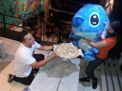 Sorprendió a su novia con pizza y un peluche gigante
