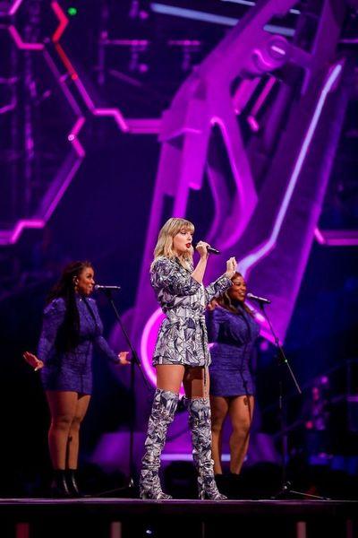 "Taylor Swift remezcla ""Lover"" junto a Shawn Mendes y sus fans enloquecen"
