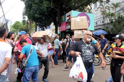 """La """"fiebre"""" del Black Friday alivia al deprimido comercio en CDE"""