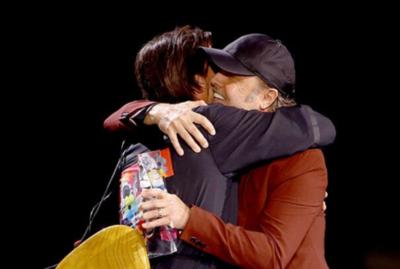 La emocionante reacción de Juanes al ser homenajeado por Lars Ulrich de Metallica