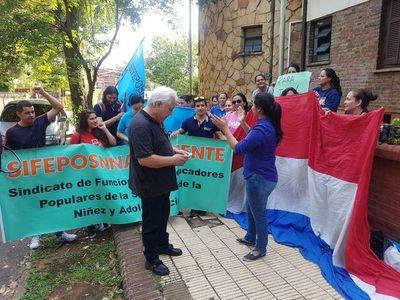 Funcionarios del Ministerio de la Niñez protestan en Asunción