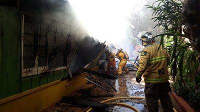 Vivienda arde en llamas en el barrio Remansito