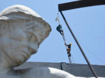 Tensión en Lambaré: Funcionario trepa a una antena