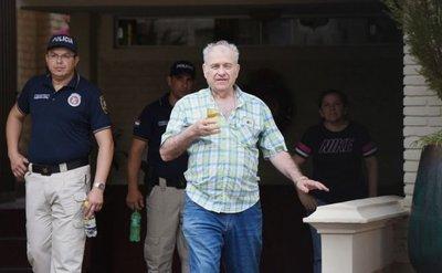 Policías, atentos a llegada de González Daher y su hijo a la Fiscalía, para detenerlos