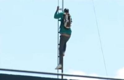 Trabajador de la Municipalidad de Lambaré trepó a una antena