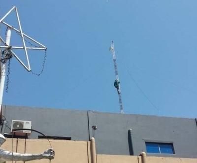 HOY / Funcionario de la Municipalidad de Lambaré amenaza con tirarse desde la antena