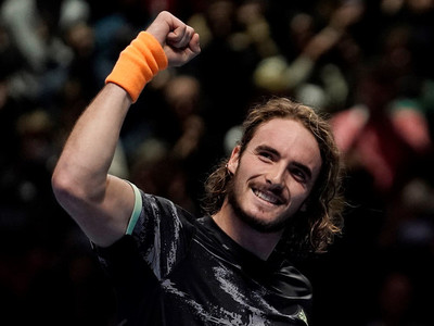 Tsitsipas vence a Federer y va por el título en las Finales ATP