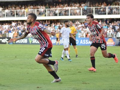 Daniel Alves anota ante el Santos en el Brasileirao