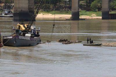 Buque Paraguarí reflota y dejará las profundidades del río Paraguay