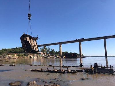 Buque Paraguarí: aceleran trabajos de rescate ante crecida del río