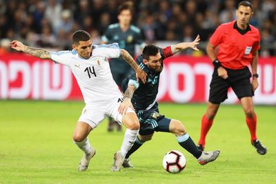 Argentina y Uruguay igualan en un duelo para nada amistoso