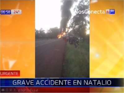 Micro arde en llamas tras chocar con un auto
