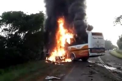 Bus arde en llamas tras impactar contra un automóvil
