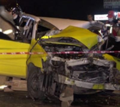 Choque frontal entre camión y taxi le cuesta la vida a un hombre