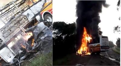 Dos fallecidos y un herido grave en choque entre ómnibus y automóvil. Ambos rodados se incendiaron