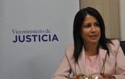 HOY / Alejandra Peralta presenta su renuncia y se despide del Ministerio de Justicia