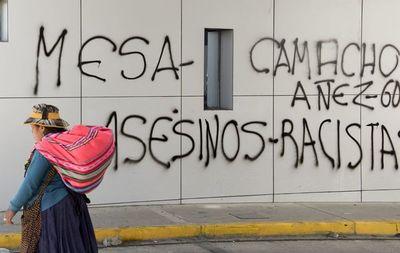 """J. Áñez """"bajo"""" fuego cruzado de políticos"""