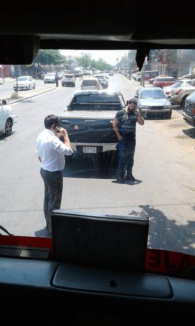 Concejal ataja ómnibus en confuso incidente