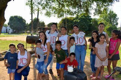 Estudiantes de Ayolas celebran su último día de clases con una merienda solidaria