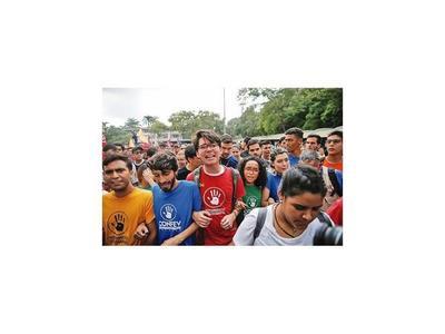 Estudiantes piden que FFAA dejen de apoyar a Maduro