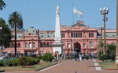 El Gobierno argentino dispone la salida de 17 embajadores 'políticos'